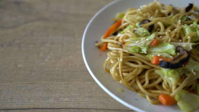 tavada kızartılmış yakisoba noodle sebzeli - vejeteryan yemekleri stok videoları ve detay görüntü çekimi