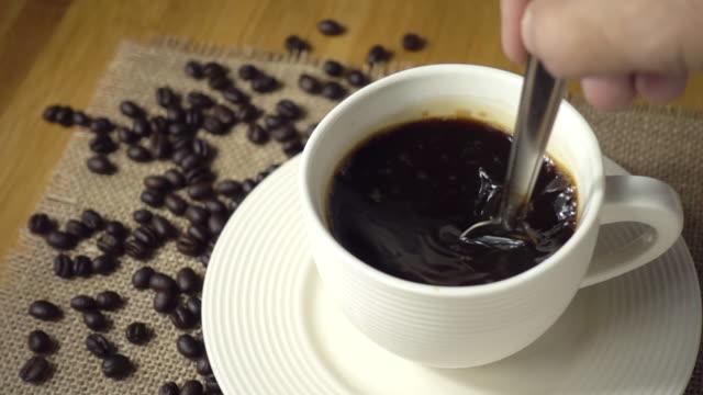 カップにコーヒーを攪拌。スローモーション - ソーサー点の映像素材/bロール