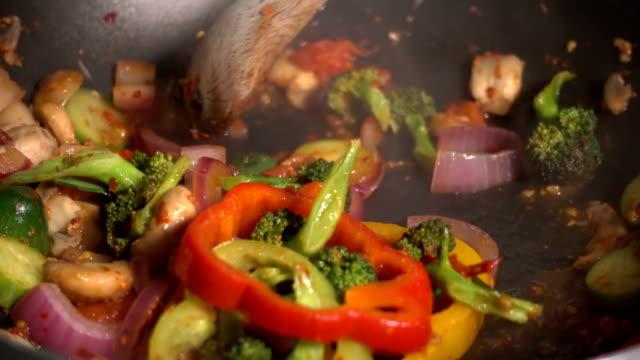 salsa di pomodoro mescolati verdure in padella - padella pentola video stock e b–roll