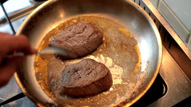 mescolare brown bistecca di manzo in una padella - padella pentola video stock e b–roll