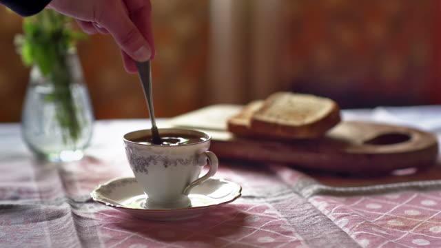 スローモーション: かき混ぜるコーヒー - ソーサー点の映像素材/bロール