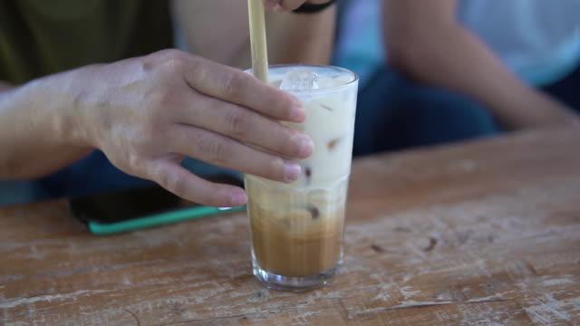 lezzetli buz latte karıştırma. - küp buz stok videoları ve detay görüntü çekimi