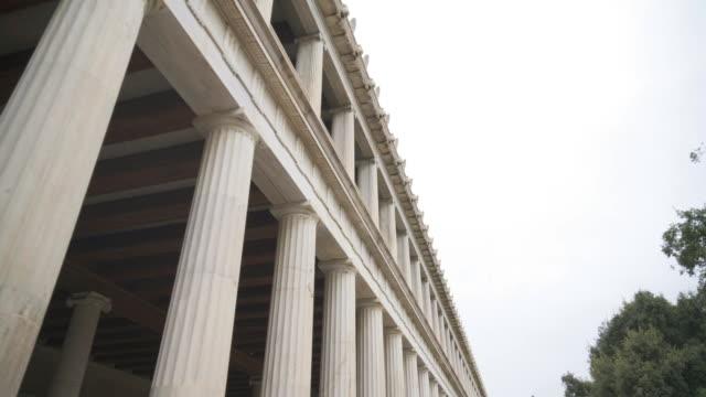 vídeos de stock, filmes e b-roll de stoa de átalo colunas em atenas, grécia. - ática ática