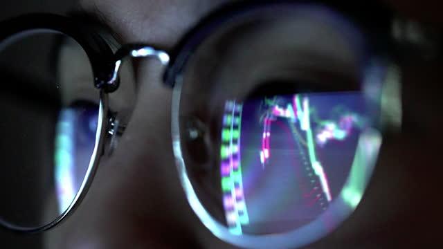 vidéos et rushes de réflexion graphique boursière sur les lunettes - reflet