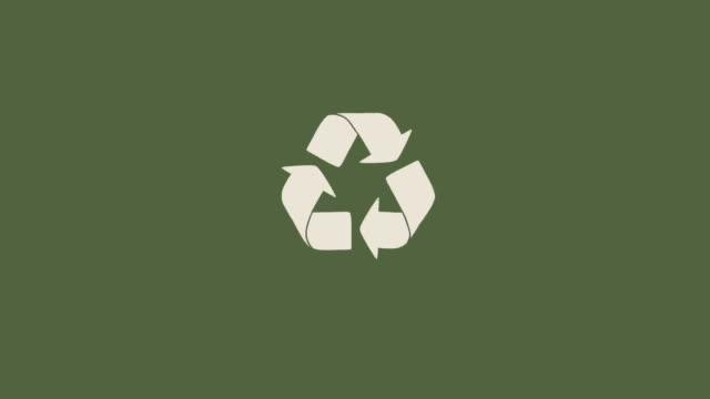 stock video ikona recyklingu z obracającymi się plastikowymi butelkami animacja 2d - odzyskiwanie i przetwarzanie surowców wtórnych filmów i materiałów b-roll