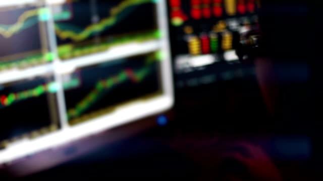 仲買人は、LED ディスプレイの株式市場チャートを監視します。 ビデオ
