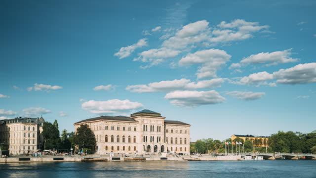 スウェーデン、ストックホルム。国立美術館は、半島のブラシホルメンに位置するスウェーデン国立美術館です。晴れた夏の日に国立博物館の近くに浮かぶ観光遊覧船 - 各国の観光地点の映像素材/bロール