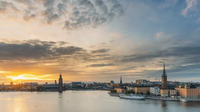 stockholm, sverige. skyline cityscape berömd utsikt över gamla stan i gammal stad på sommaren kväll. berömda populära destination natursköna unesco: s världsarvslista. det populära stadshuset, riddarholmskyrkan i solnedgången - stockholm bildbanksvideor och videomaterial från bakom kulisserna