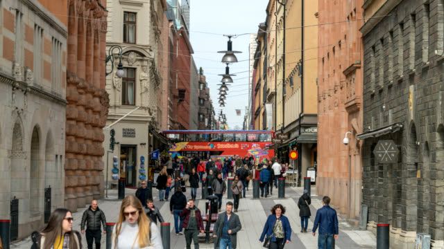 stockholm sverige tidsfördröjning 4k, city skyline timelapse av turist på berömda rådmansgatan - stockholm bildbanksvideor och videomaterial från bakom kulisserna
