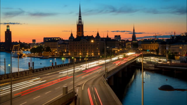 Estocolmo, Suécia. Lapso de tempo do centro de cidade de Stockholm durante o pôr do sol. Centralbron ponte com tráfego - vídeo