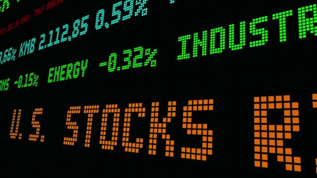 vídeos de stock e filmes b-roll de stocks rise on oil rally, bank earnings - nyse crash