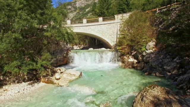 vídeos de stock e filmes b-roll de antena cálculo ponte sobre o rio savacameroon_departments.kgm - multicóptero