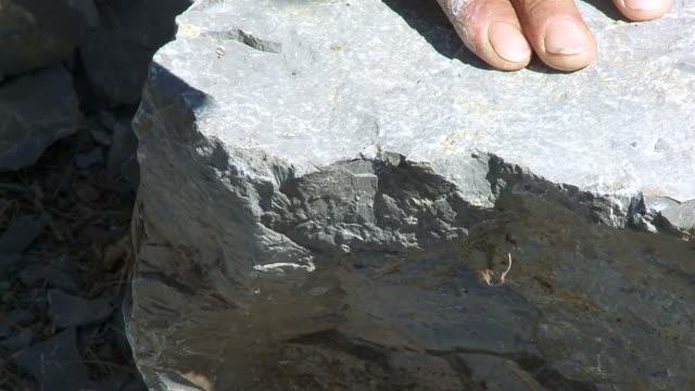 stone quetschungen - stein baumaterial stock-videos und b-roll-filmmaterial