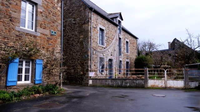 vidéos et rushes de bâtiments en pierre sur une belle rue vide du petit village breton - bretagne