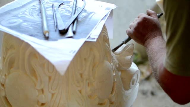 stone mason sculpting - stein baumaterial stock-videos und b-roll-filmmaterial