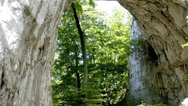 taş doğal köprü doğa harikası - sale stok videoları ve detay görüntü çekimi