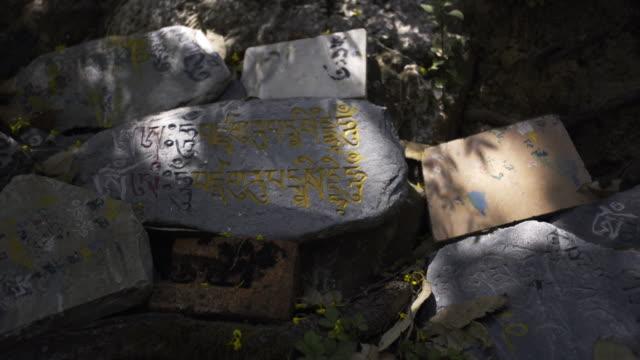steinplatten mit buddhistischen mantra - himachal pradesh stock-videos und b-roll-filmmaterial