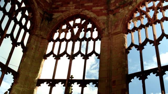 vídeos de stock, filmes e b-roll de linhas de pedra, de arcos em uma ruína com o movimento de nuvens - castelo