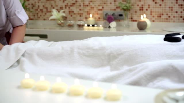 vídeos de stock e filmes b-roll de terapêutica de pedra - terapia lastone