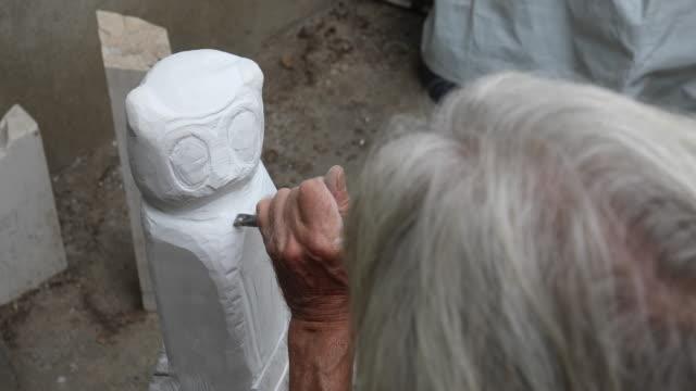 stonecutters händer i aktion - sten konstruktionsmaterial bildbanksvideor och videomaterial från bakom kulisserna