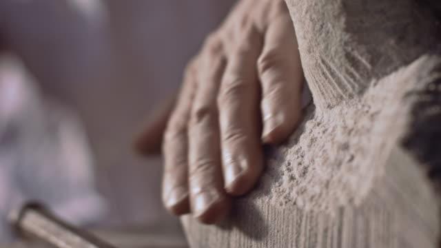 stonemason carving stone with chisel - 石材 個影片檔及 b 捲影像