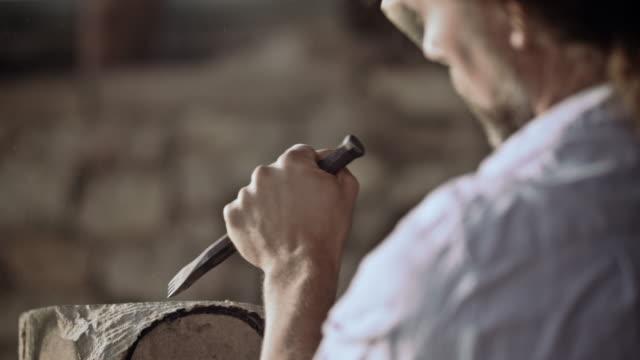 stonemason разделочный камень с молотом и стамеска - камень стоковые видео и кадры b-roll