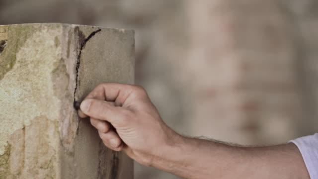 stonemason drawing on stone - sten konstruktionsmaterial bildbanksvideor och videomaterial från bakom kulisserna