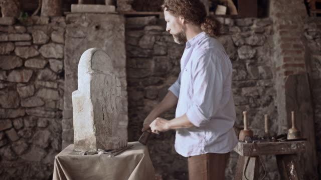 pietra intaglio stonemason inizia con martello e scalpello - incisione oggetto creato dall'uomo video stock e b–roll