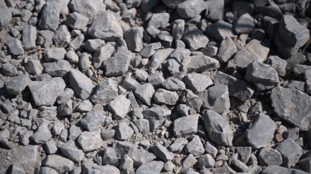 vidéos et rushes de pierres et gravier sur un chemin de terre - roc
