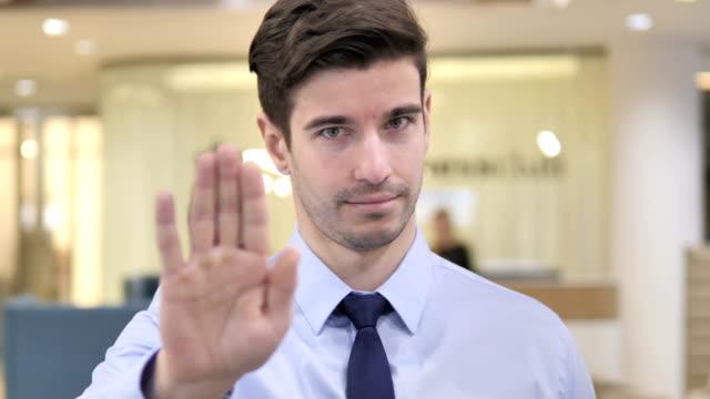 vídeos y material grabado en eventos de stock de stop, empresario que se detiene con la mano - stop sign