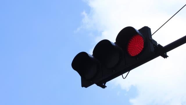 大手町東京東京のビジネス街で光を停止します。 - 交通信号機点の映像素材/bロール
