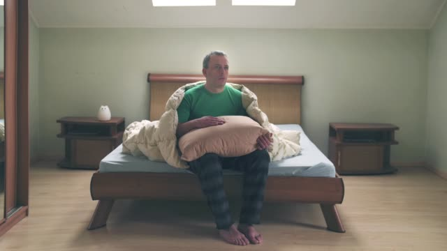 男性についてのモーションアニメーションを停止し、毛布で枕 - シュール点の映像素材/bロール