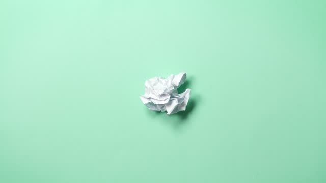 vidéos et rushes de arrêter les rides de papier d'animation d'animation faisant une boule de papier. fond vert. - en papier