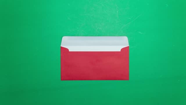 stop motion-animering rött kuvert på grön bakgrund. 4k video - kuvert bildbanksvideor och videomaterial från bakom kulisserna