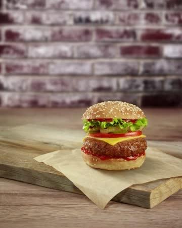 vídeos de stock, filmes e b-roll de stop motion cheeseburger - comida salgada