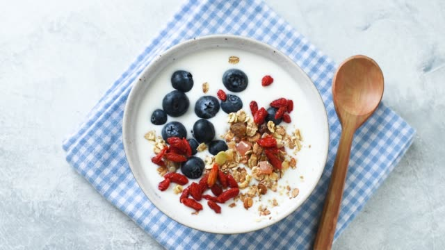 vídeos de stock e filmes b-roll de stop motion healthy breakfast food - baga