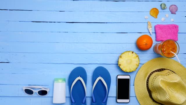 Pare o movimento - objetos em uma praia no fundo azul. férias ou férias - vídeo