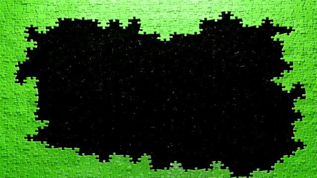 stop motion di un puzzle asembled in - puzzle video stock e b–roll