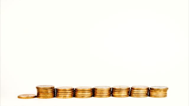 스톱 모션에 금화의 더미를 상승 하 고, 돈을 투자 상승 하 고 흰색 절연 배경에 이익 증가 - 이율 스톡 비디오 및 b-롤 화면