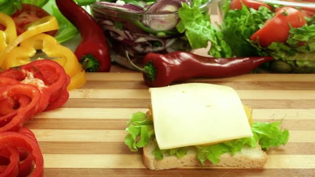 stop motion-video att göra smörgås med skinka, ost och sallad. glas öl - cheese sandwich bildbanksvideor och videomaterial från bakom kulisserna