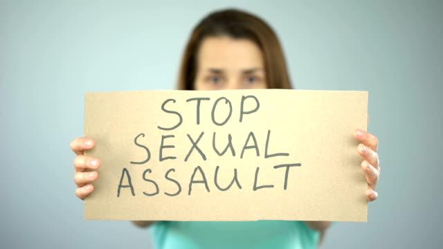 vídeos y material grabado en eventos de stock de desactivar mensaje de agresión sexual en manos de la mujer, protección de los derechos de la mujer, conciencia - stop sign