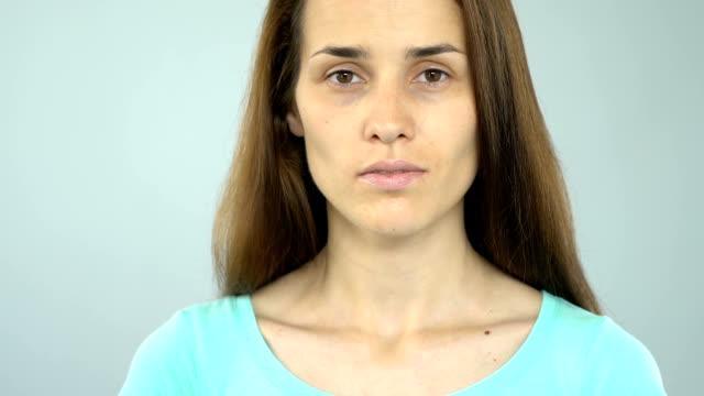 vídeos y material grabado en eventos de stock de detener agresión sexual texto sobre mujer cartel mostrando a cámara, prevención de problemas - human trafficking