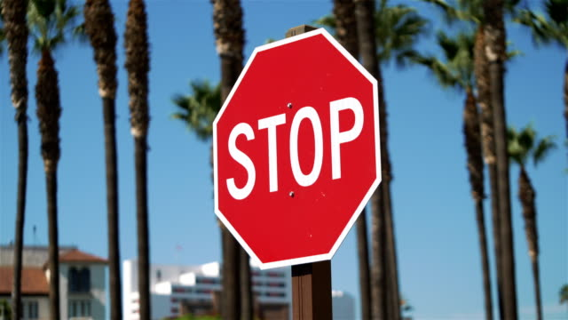 vídeos y material grabado en eventos de stock de señal de stop en california en cámara lenta de 4k - stop sign