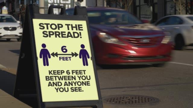spread sign durdurun 6 feet away kalmak için kamu uyarır - i̇şaret stok videoları ve detay görüntü çekimi