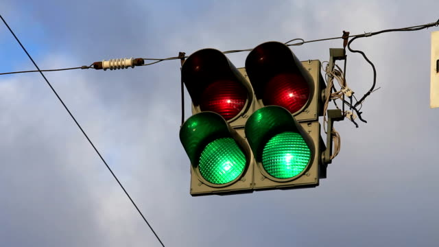 つ通過して - 交通信号機点の映像素材/bロール