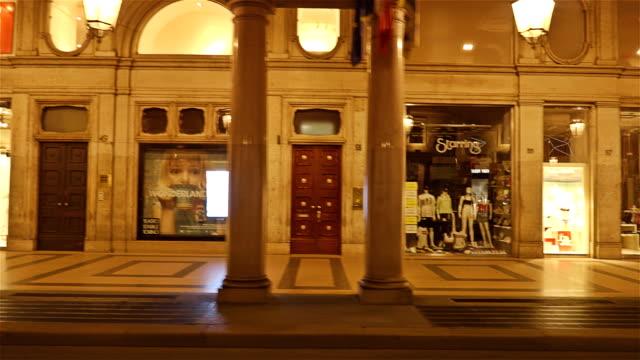stockvideo's en b-roll-footage met winkel voorzijde verlicht 's nachts, via roma, turijn, piemonte, italië - hyper vervallen - raam bezoek