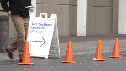 vidéos et rushes de magasin offrant contactless curbside pickup - faire les courses