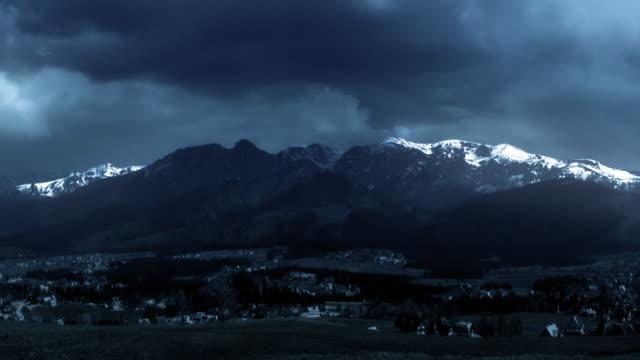 Sturm mit Blitz. Gewitter im Tatra-Gebirge. Dramatischer Himmel. – Video
