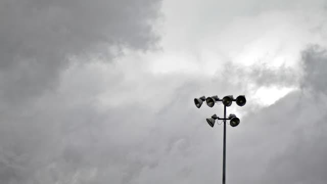 vídeos y material grabado en eventos de stock de las nubes de tormenta y campo luces timelapse - sófbol