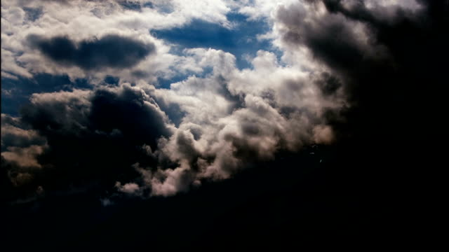 폭풍 구름은 뷰어-timelapse에서 빠른 이동 - 불길한 스톡 비디오 및 b-롤 화면